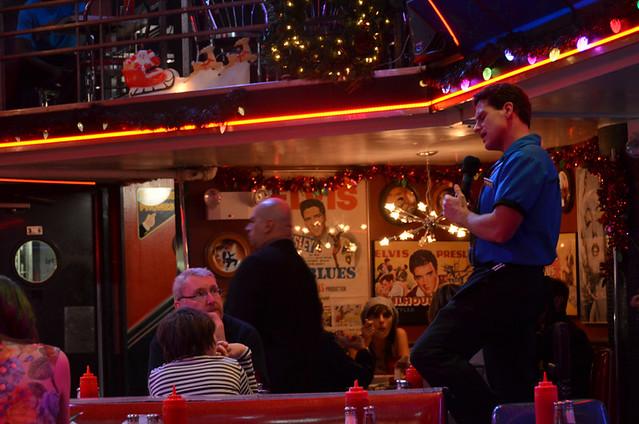 Camarero cantando en restaurante Nueva York
