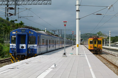 EMU400試運轉列車與DR3000自強號