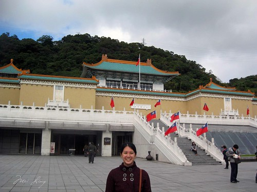Mei outside the entrance of the National Palace Museum