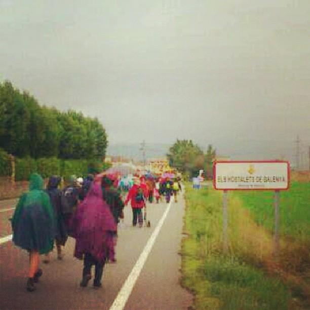 Arribada a Els Hostalets de #Balenyà de la 4a etapa dins la 1a marxa per l'educació pública venint de #vic malgrat la pluja #osona #igerscatalunya #igerscatalonia #igerscat #educació #ensenyament #retallades #catalunyaexperience #cataloniaexperience