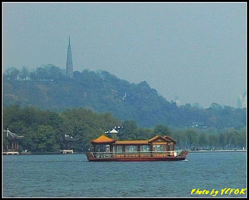 杭州 西湖 (其他景點) - 387 (從西湖 湖心亭上看孤山與平湖秋月及湖上的遊覽船 背景是杭州地標 保淑塔)