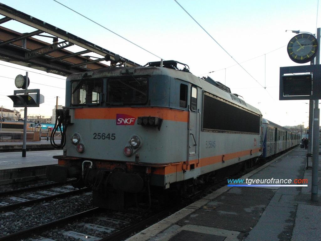 La locomotive BB 25645 SNCF en livrée Béton affectée à l'activité TER SNCF PACA