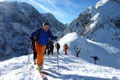 Einsteigerkurs Skitouren. Eine dem Gelände angepasste Aufstiegsspur will gelernt sein. Foto: Günther Härter.