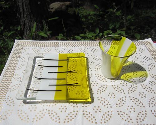 黄色いお皿とグラス by Poran111