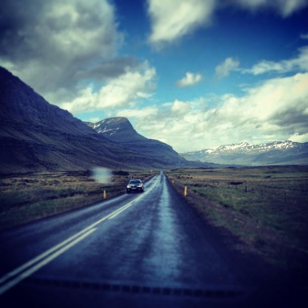 #iceland #travel #trip #weather #instago #instagood #photooftheday Прямо сейчас. Наконец-то уезжаем от океана и от дождя. Уже ровненько на востоке. Тут никого. Отдельные домики. Рай аутиста :)