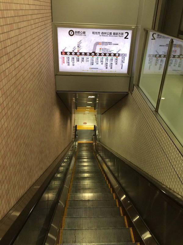 このエスカレーターの先が2番線 by haruhiko_iyota