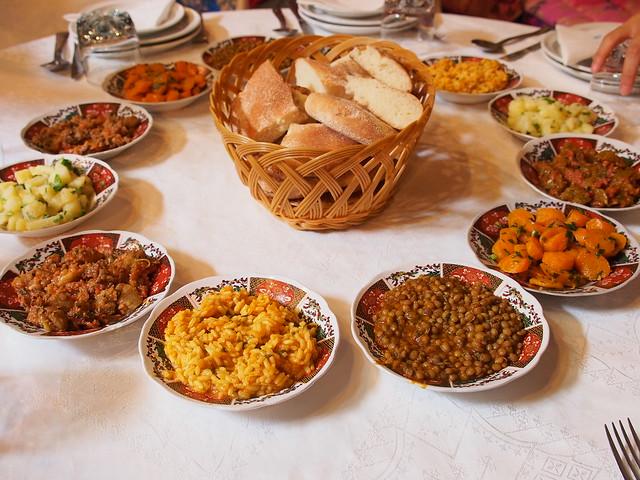 今日午餐-這麼多盤的小菜,搭配麵包還蠻好入口的。
