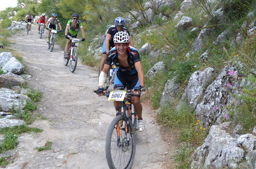 Moisés Zamudio, durante la competición. Corrió con un brazo vendado y calambres musculares, pero logró concluir su cuarta carrera.