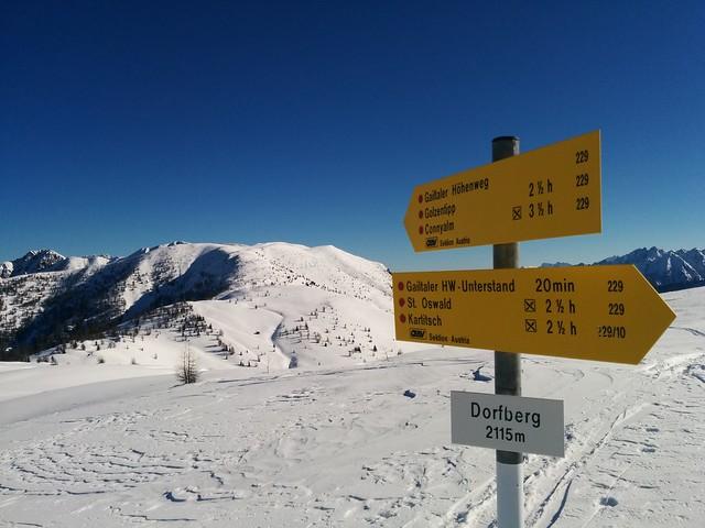 Wegweiser am Gipfel des Dorfberg