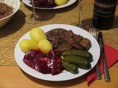 Westfälischer Pfefferpotthast mit Salzkartoffeln, Rote Bete Salat und sauren Gurken