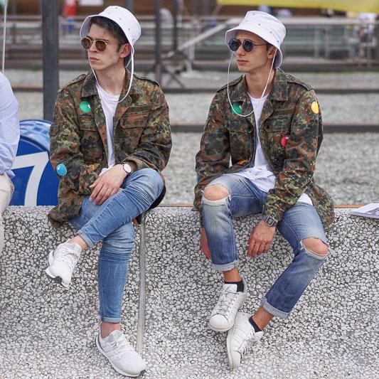 ペアコーデ 白サファリハット×迷彩ミリタリージャケット×白Tシャツ×ジーンズ×白スニーカー