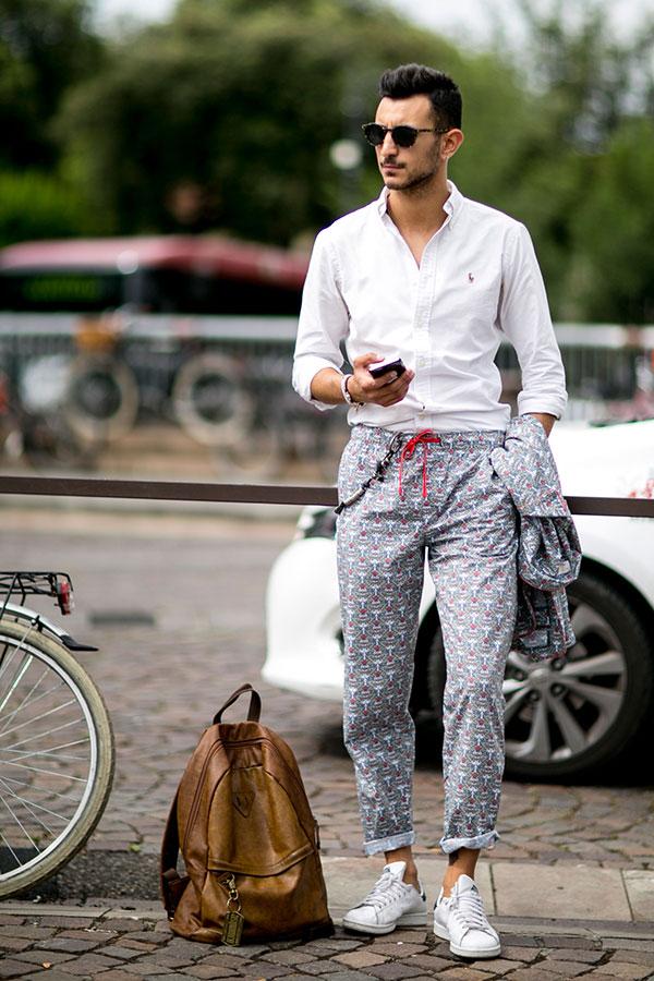 白オックスフォードシャツ×グレー柄パンツ×adidasスタンスミス