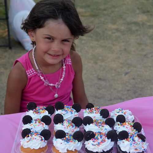 Kaidence poses by her minnie cupcakes