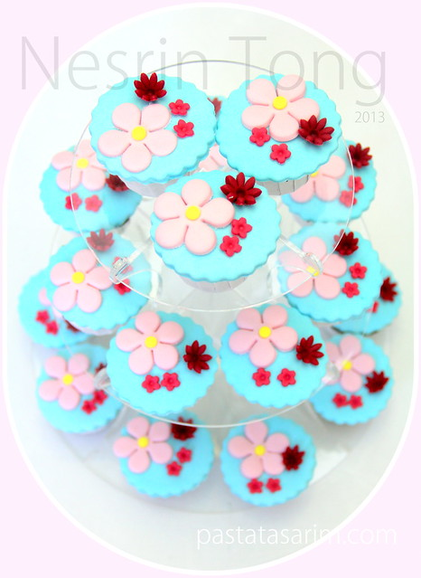 pink flowers cupcakes