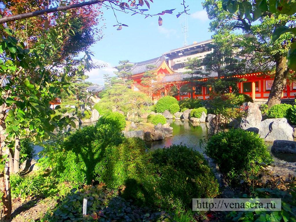 На территории храма Сандзюсангэн-до