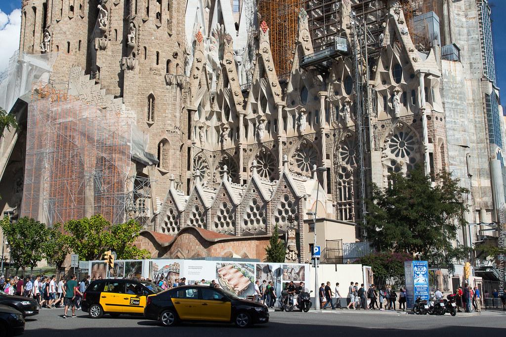 Очередь у храма Святого семейства в Барселоне