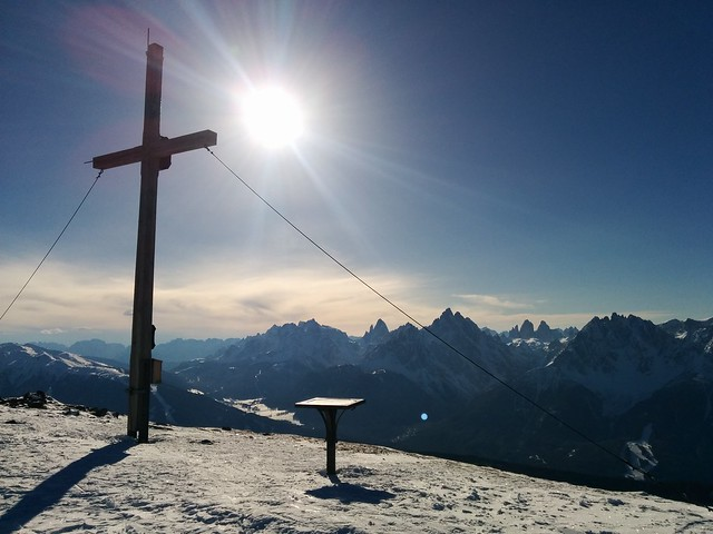 Gipfelkreuz Toblacher Pfannhorn, Blick auf die Drei Zinnen