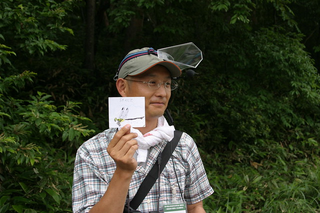 ちびっこ虫博士から,あこがれのトンボのカードをもらった岩見先生.いつか見られるといいね!!