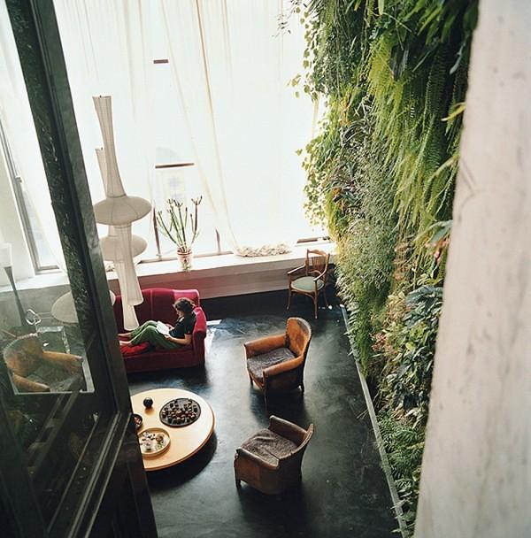 Interior-high-ceilings-open-plan-living-with-vertical-garden-600x608