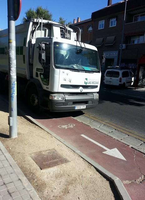 Camion de basura ocupando el carril bici