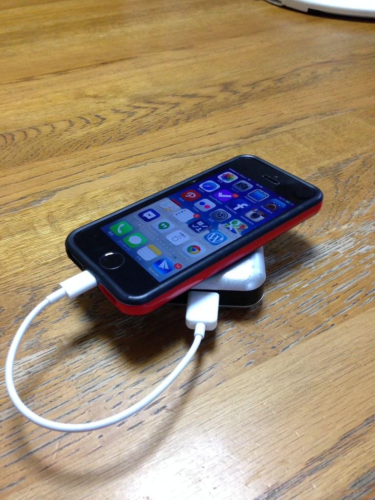 モバイルバッテリーで充電中