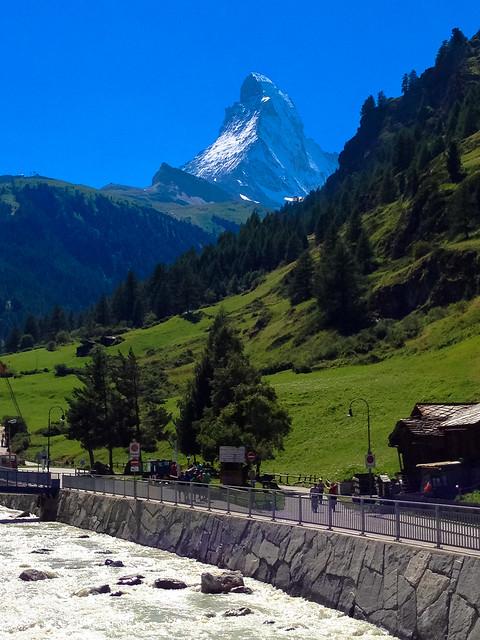 車道から眺めるアルプス山脈