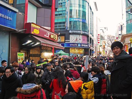 Pasear por la calle de Myeong-dong Street, calle comercial por excelencia, situada junto al distrito financiero de Seúl, es obligatorio