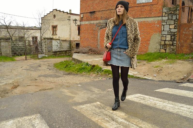 lara-vazquez-madlula-blog-denim-outfit-red-bag-leopard-coat