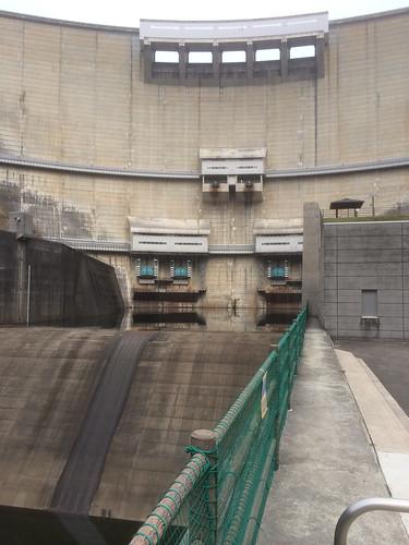 温井ダムを見上げる