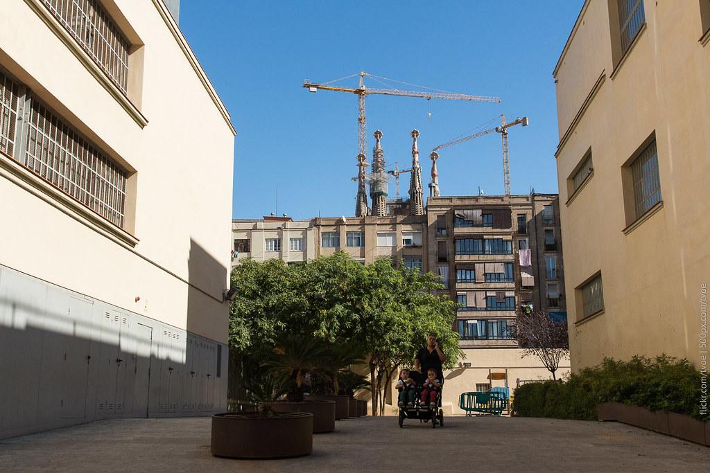 Гуляют с коляской с детьми в Барселоне