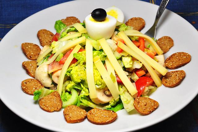 Gemischter Salat mit Bergkäsestreifen und Bemmchen