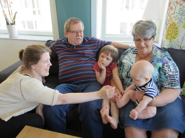 Farmor och farfar med barnen