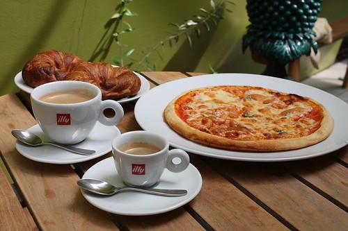 ピザとillyのコーヒー