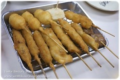 mozzarella sticks(0.0), nem rã¡n(0.0), grilled food(0.0), deep frying(1.0), fried food(1.0), street food(1.0), brochette(1.0), food(1.0), dish(1.0), cuisine(1.0), satay(1.0),