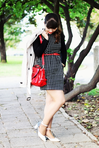 Romwe black check dress, Stradivarius beige trench coat, black and white classic long earrings, red belt, red camera bag, white black houndtstooth pied de poule heels shoes, rockabilly outfit, drawing dreaming blog, drawing dreaming outfit, Ester Durães, Portuguese fashion blogger
