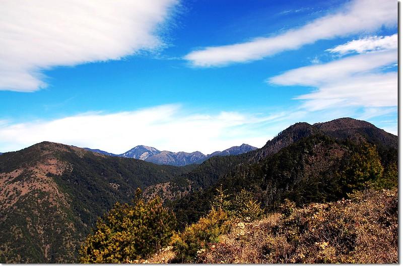 布干山(左)、馬西山(右);後為馬博、馬利加南山