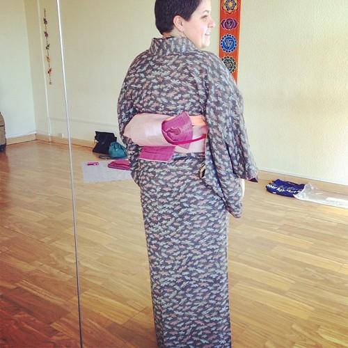 Hoy en clase de kitsuke hemos aprendido el lazo tsunodashi (角だし). Me ha encantado este lazo ^^
