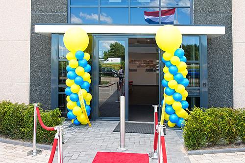 100mm geel lint met blauw bedrukt in Lucida-Sans als doorkniplint