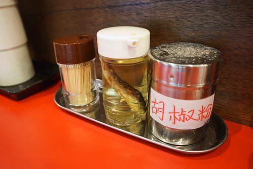 食桌上有魚干醋和胡椒粉, 還有隱藏了七味粉