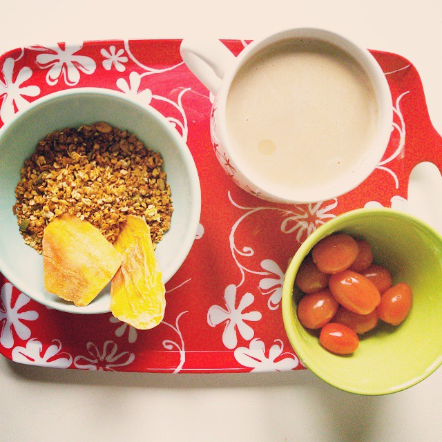 desayuno #petitdejeuner #cafeaulait #granola #tomatescherry #mango