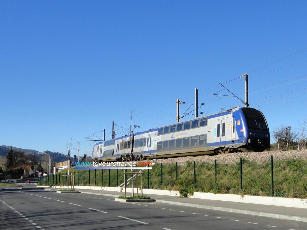 Une automotrice TER 2N Z23500 SNCF circulant sur la troisième voie entre Marseille et Aubagne