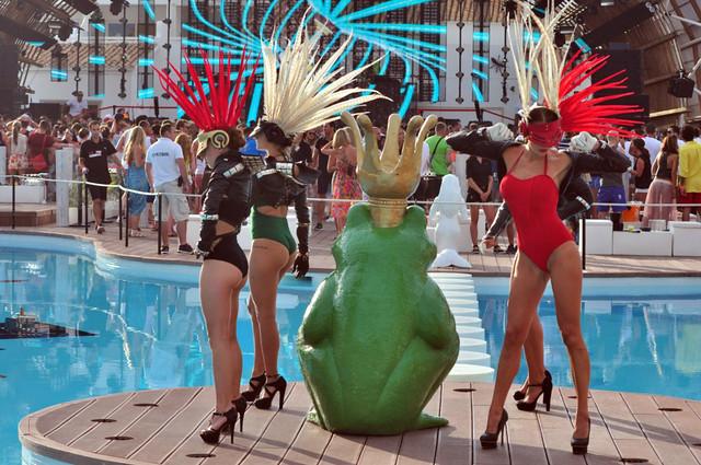 Por la tarde, desde las 17h, la piscina y el The Club se transforman ... ¡¡ comienza la fiesta !! Ushuaïa Ibiza, la #experiencia más completa de la isla - 9326495379 0698680246 z - Ushuaïa Ibiza, la #experiencia más completa de la isla
