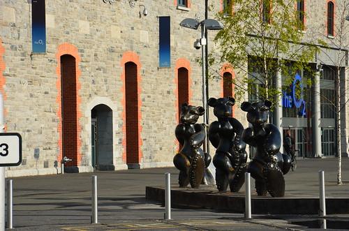 Skulpturen vor der Tanzhalle