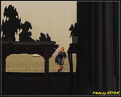 杭州 西湖 (其他景點) - 409 (西湖小瀛洲 小瀛州上的自拍鏡 背景是市區)
