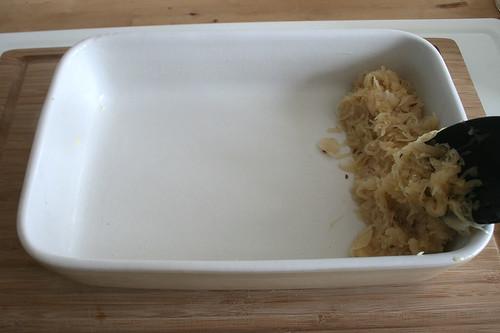 31 - Sauerkraut hinein geben / Put some sauerkraut in casserole