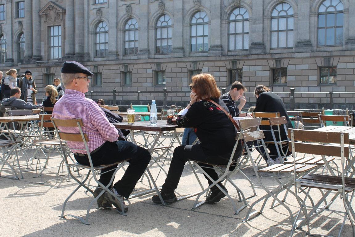 Пожилые берлинцы и пиво