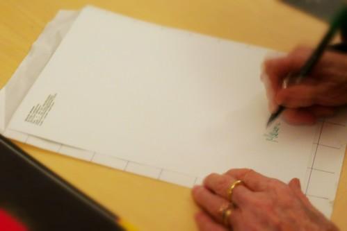 Maria Mulas, mentre firma la foto