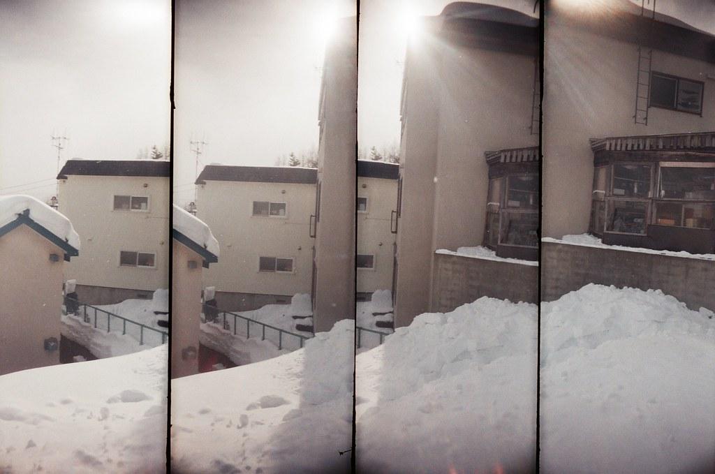 小樽 Otaru, Japan / AGFA VISTAPlus / SuperSampler Dalek 2016/02/02 雖然此刻才在分享,但看到冬天雪地的照片,還是會想起冷冷的天氣。  我記得在小樽車站後方的住宅區走了好久,一直刻意轉入巷子內,一直觀察在雪地生活的環境。  看起來下雪比下雨麻煩,因為雨水會自己匯流到低處,但雪,就沉沉的堆積在落下的地方。  沉沉的堆積前的畫面是輕盈的飄落,所以下雪的畫面卻比下雨美。  SuperSampler Dalek AGFA VISTAPlus ISO400 8266-0015 2016-01-31~2016-02-05 Photo by Toomore