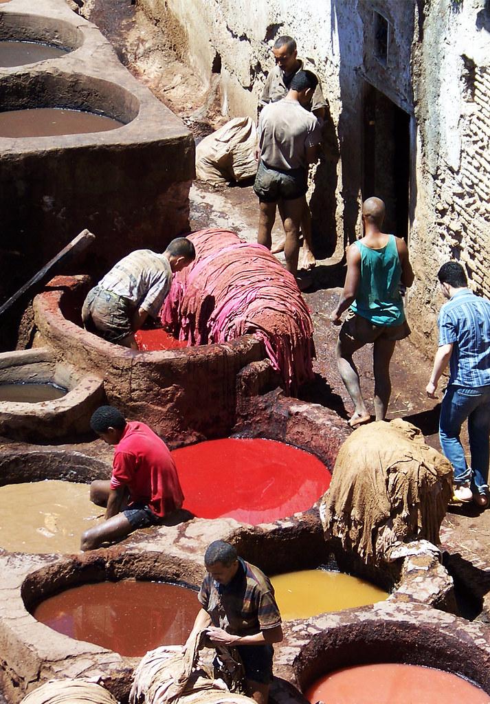 Curtidores de fez trabajando la piel en la medina de Fez de Marruecos