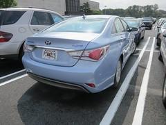 automobile(1.0), automotive exterior(1.0), executive car(1.0), hyundai(1.0), family car(1.0), vehicle(1.0), hyundai sonata(1.0), mid-size car(1.0), sedan(1.0), land vehicle(1.0),